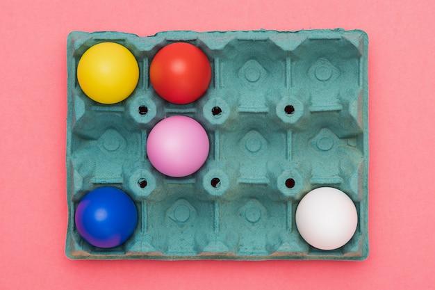 Flache schalung mit bunten eiern