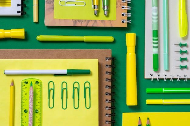 Flache schreibtischanordnung mit notizbüchern