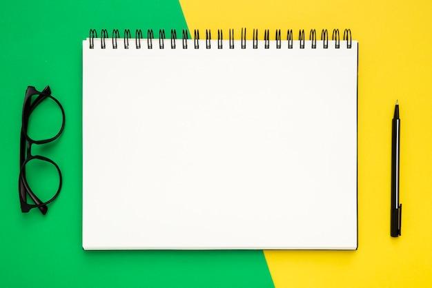 Flache schreibwarenzusammensetzung auf zweifarbigem hintergrund