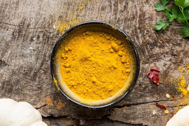 Flache schüssel mit gelbem pulver