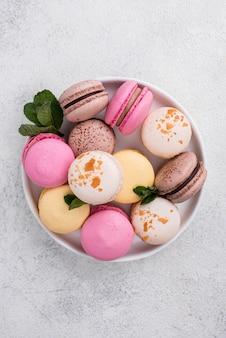 Flache schüssel mit minze und macarons
