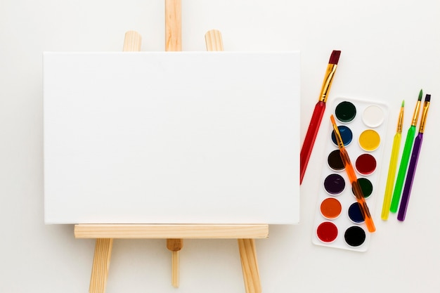 Flache staffelei und aquarellfarbe