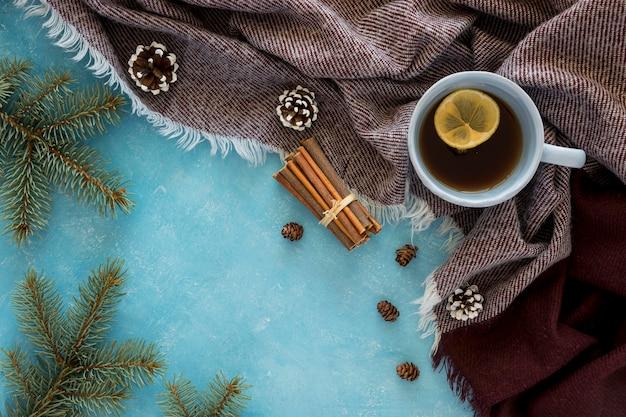 Flache süße niedliche heiße tasse kaffee des winters auf schal legen