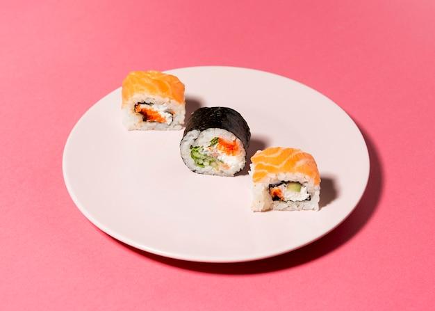 Flache sushi-sorte auf teller legen