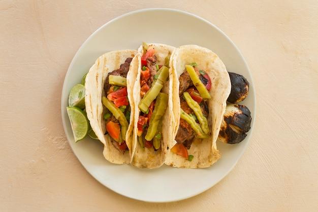 Flache tacos anordnung auf teller legen