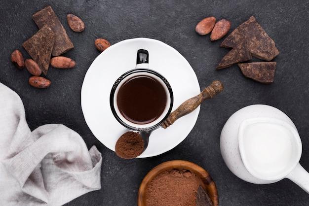 Flache tasse mit heißer schokolade