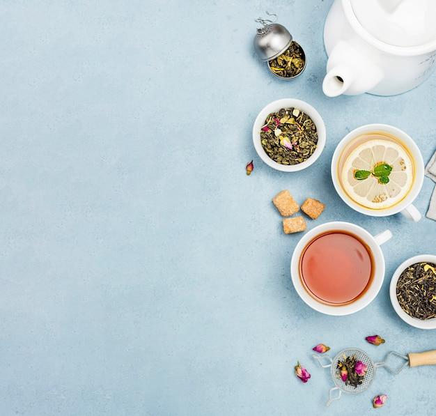 Flache tassen mit tee und ablagefläche