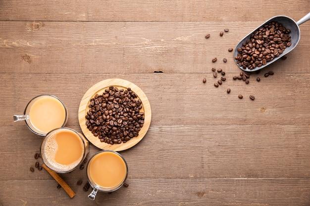 Flache tassen und kaffeebohnen
