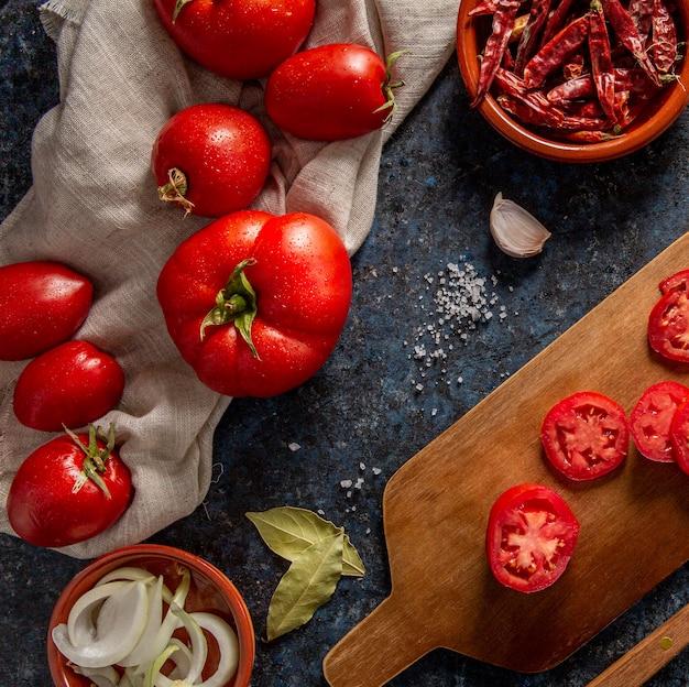 Flache tomatenlage mit chili und zwiebel