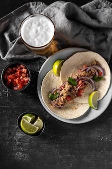Flache tortilla mit fleisch und gemüse