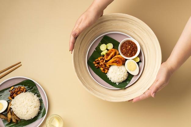 Flache traditionelle nasi lemak-mahlzeitzusammensetzung