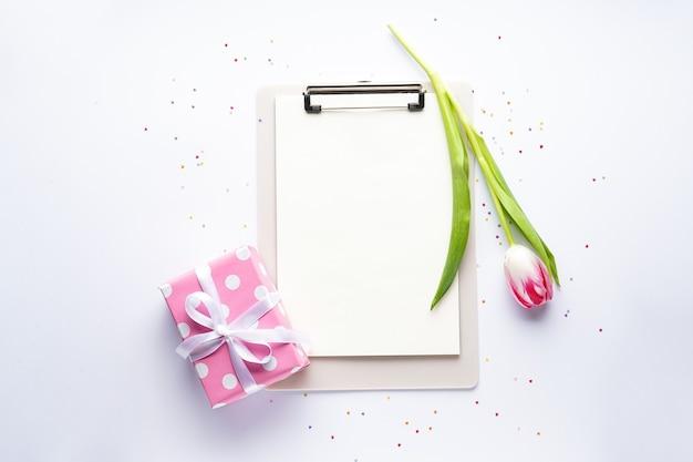 Flache tulpe und geschenkbox