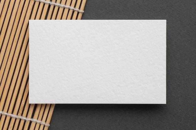 Flache visitenkarte des kopierraumes auf tisch legen