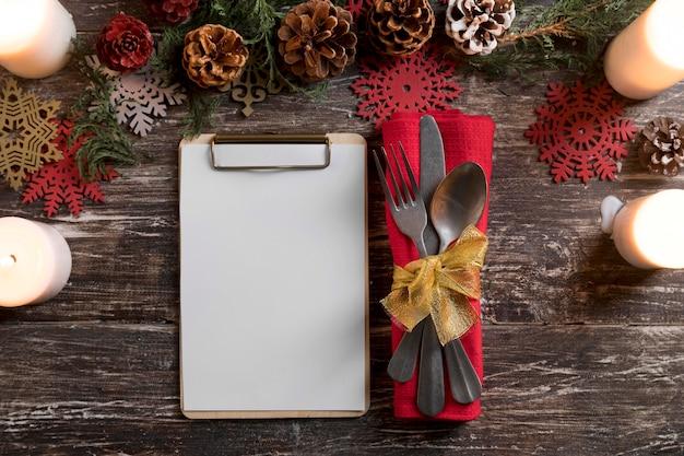 Flache weihnachtsgeschirrkomposition mit zwischenablage legen
