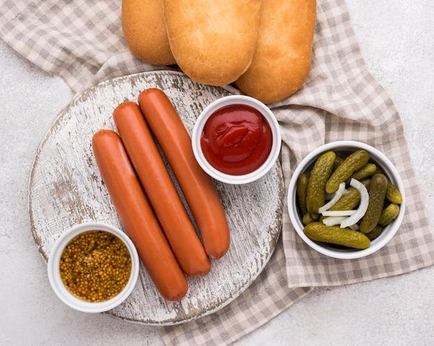 Flache wurst mit brötchen und sauce