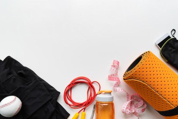 Flache yoga-ausrüstung mit kopierraum