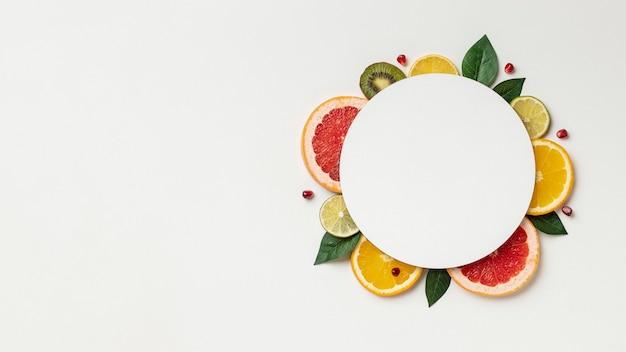 Flache zitrusfrucht mit kopierraum