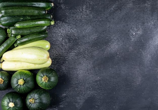 Flache zucchini auf der linken seite
