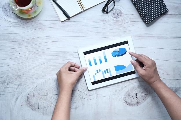 Flache zusammensetzung des analysierens des finanzdiagramms auf digitalem tablett