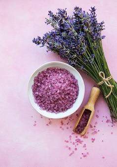 Flache zusammensetzung mit lavendelblüten und natürlichem meersalz