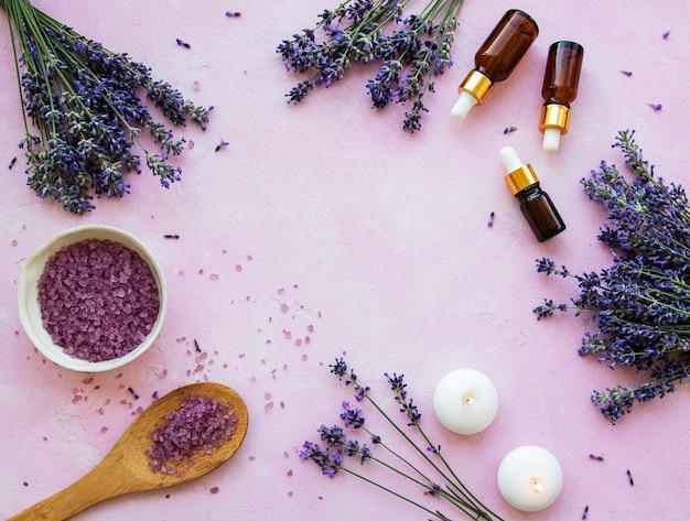 Flache zusammensetzung mit lavendelblüten und naturkosmetik