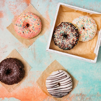 Flache zusammensetzung von leckeren donuts