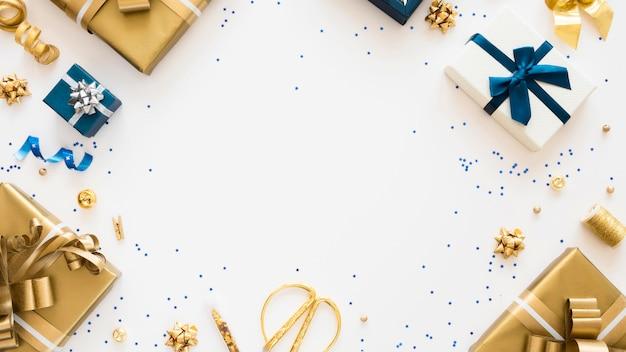 Flache zusammensetzung von verpackten geschenken mit kopierraum