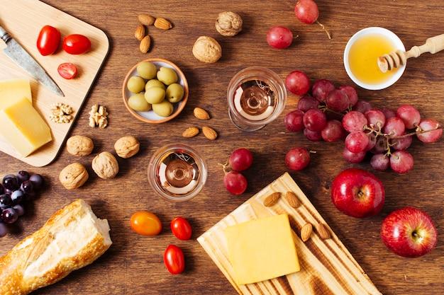 Flache zusammenstellung der verschiedenen nahrungsmittel für picknick