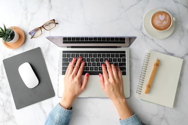 Flacher arbeitsbereich. arbeiten an laptop kaffeetasse, computer, notebook, planer und stationär mit kopie spacetop ansicht. moderner stiloberansicht.