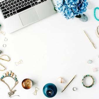 Flacher arbeitsbereich des home office mit laptop und hortensie auf weiß