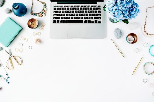 Flacher arbeitsbereich im home office mit laptop und hortensie