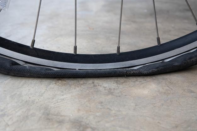 Flacher fahrradreifen auf der straße