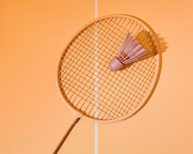 Flacher federball auf badmintonschläger