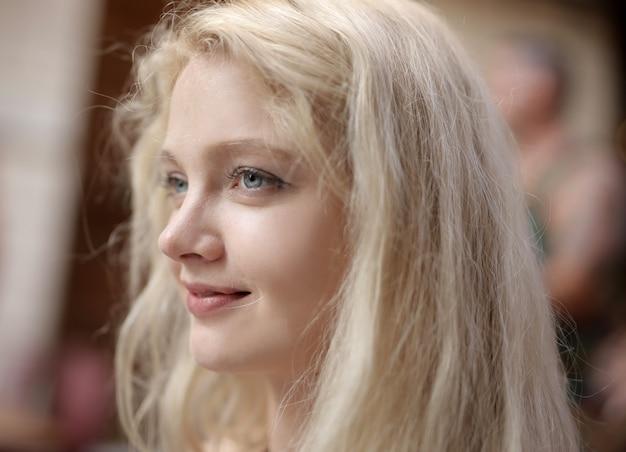 Flacher fokus einer jungen blonden frau mit blauen augen