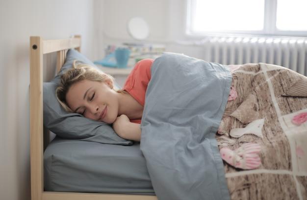 Flacher fokusschuss einer schlafenden frau