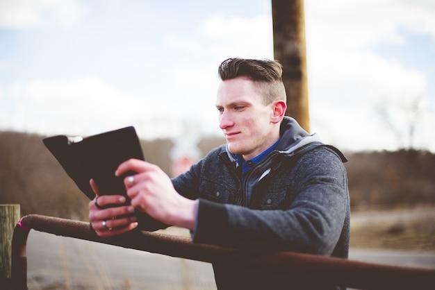 Flacher fokusschuss eines mannes, der die bibel liest