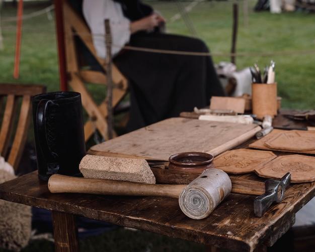 Flacher fokusschuss von wäldern mit holzhammer und spitzhacke auf einem tisch