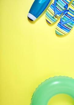 Flacher gelber sommerreisekonzepthintergrund der lage