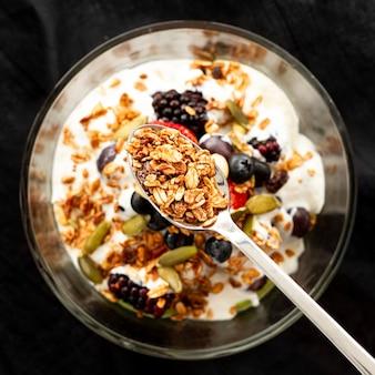 Flacher joghurt mit müsli und früchten