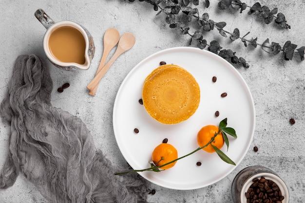 Flacher kaffee mit pfannkuchen