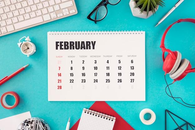 Flacher kalender und kopfhörer