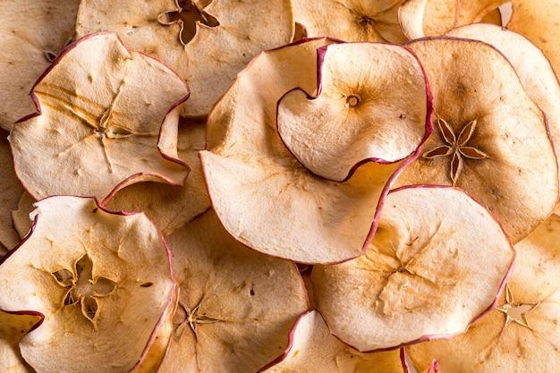 Flacher lag getrockneter apfelfruchtchiphintergrund.
