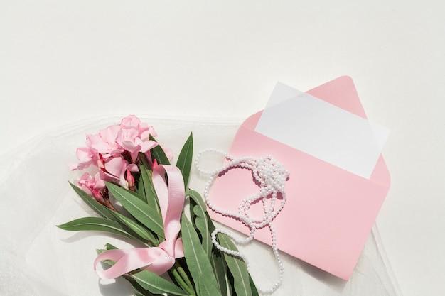 Flacher lageblumenstrauß von rosa blumen mit hochzeitsanordnung