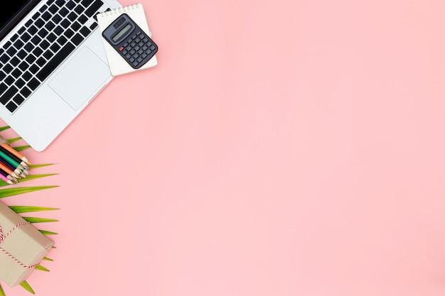 Flacher lagebüroarbeitsplatz mit leerem laptop