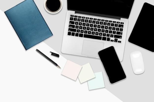Flacher lagebürotisch mit laptop-computer, digitaler tablette, handy und zubehör.
