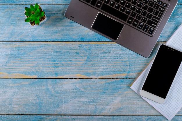 Flacher lagebürotisch-schreibtischarbeitsplatz mit laptoptastatur, notizbuch.