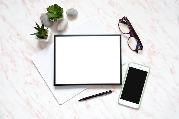 Flacher lagemarmorschreibtisch mit telefon, tastatur und notizbuch, rahmen für textraumhintergrund