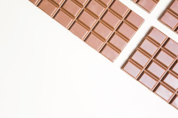 Flacher lagenahrungsmittelrahmen mit schokolade und kopieraum