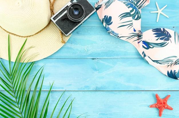 Flacher lagensommerhintergrund mit palmblättern, starfishes und bikini