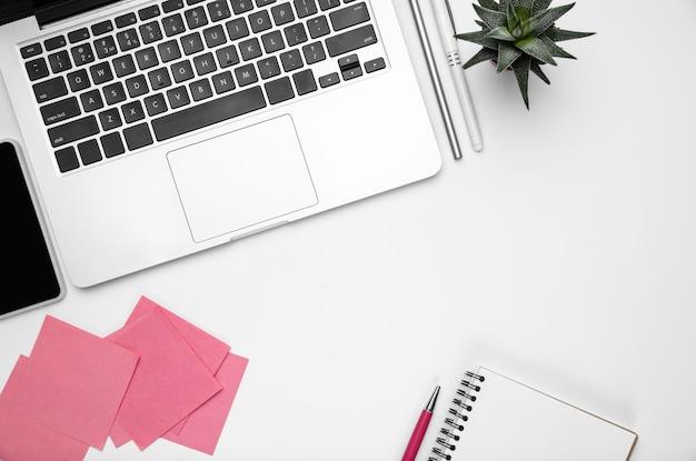 Flacher laien weiblicher home-office-arbeitsbereich copyspace